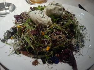 Amanida d'herbes i flors amb gelat de formatge blau