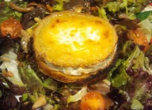 Amanida de fulla de roure amb formatge de cabra calent