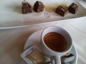 Cafè amb petit fours