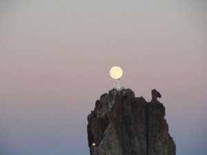 La lluna vista des de l'illot d'Strombolicchio