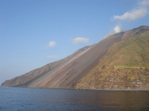 Vorejant la illa per veure la Sciara del Del Fuoco