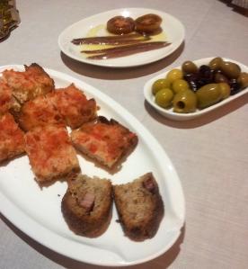 Delicioses anxoves, pa amb tomàquet i olives
