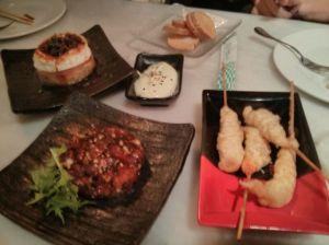 Llagostins en tempura, tataki de tonyina i timbal d'escalibada amb formatge de cabra